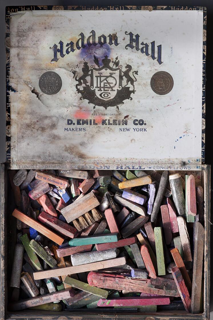 Est Magazine Detail with Pastels L 027987 1