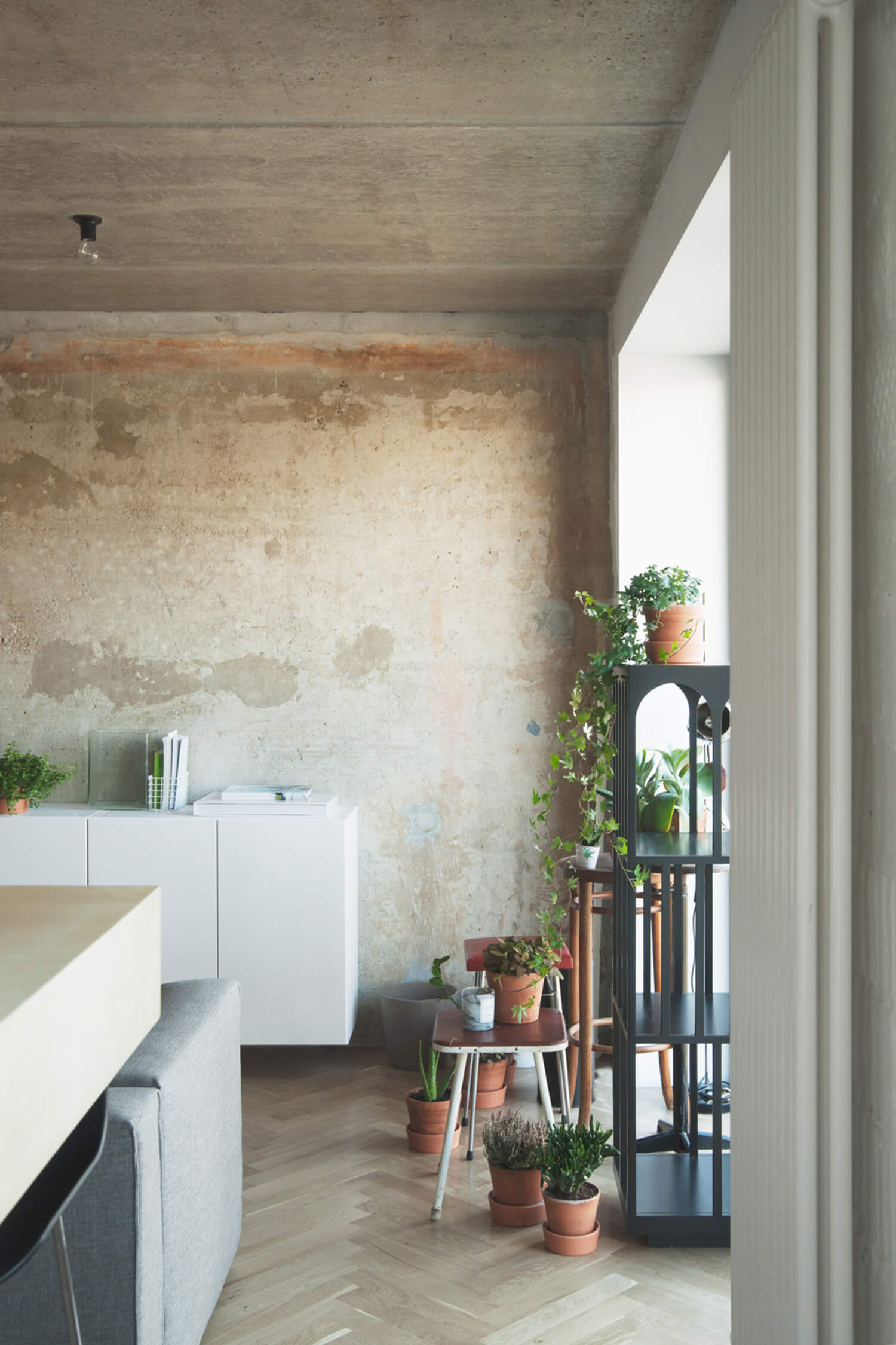 est living concrete ceiling apartment crosby studios.13