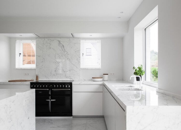 minimalist homes Est Living Elbeko White House Belgium Kitchen2 e1534131018650 750x540