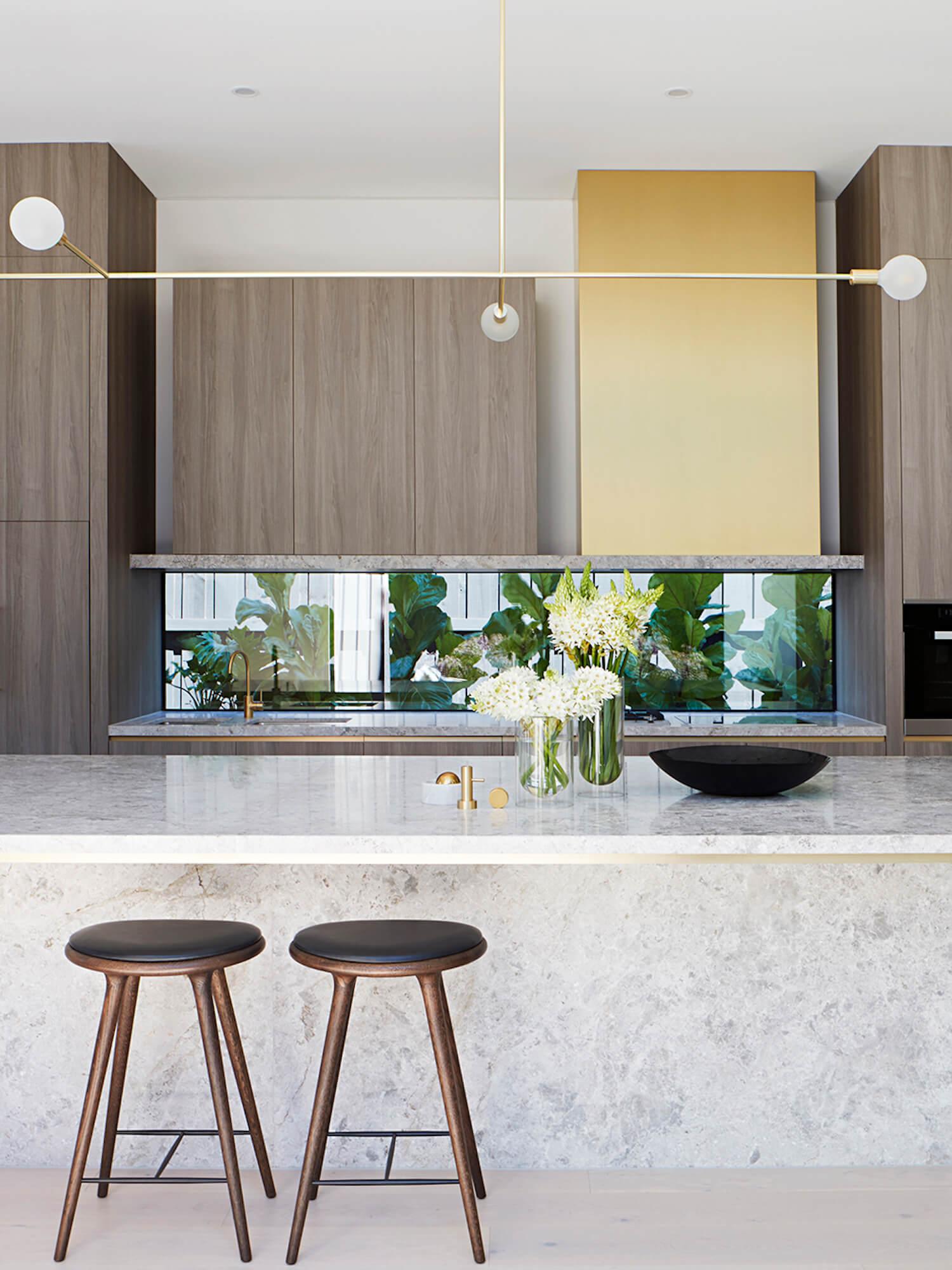 灰色大理石操作台的开放式厨房2