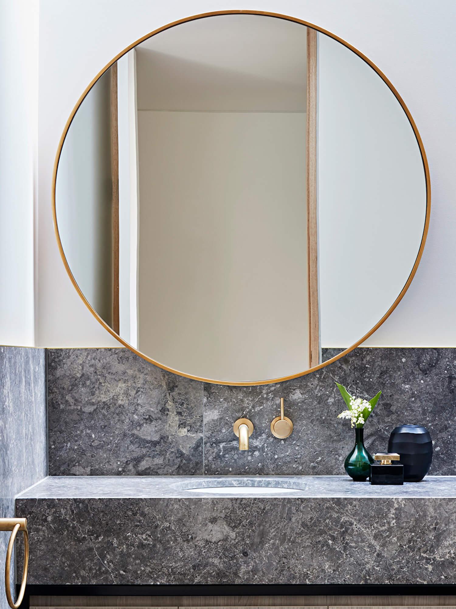 灰色大理石浴室柜和圆镜