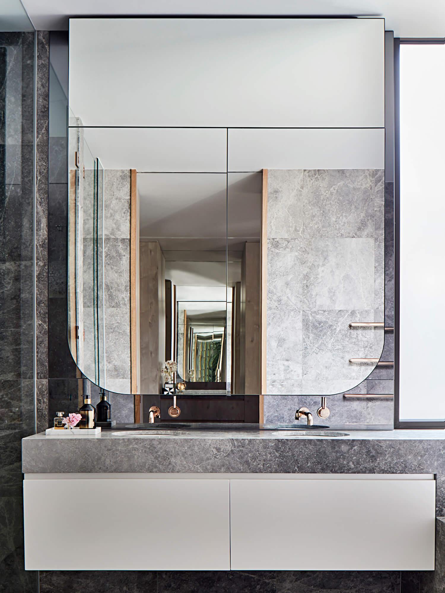 灰色大理石卫生间,漂亮的浴室柜和镜子