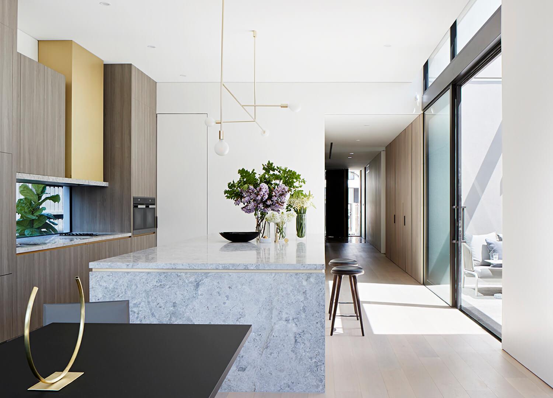 灰色大理石操作台的开放式厨房1