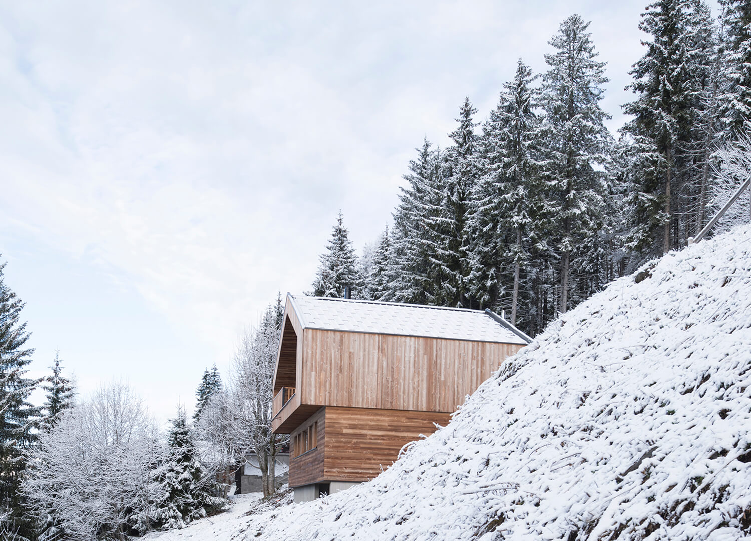 est living interiors alpine living studio razavir mountain house simone bossi.01 1