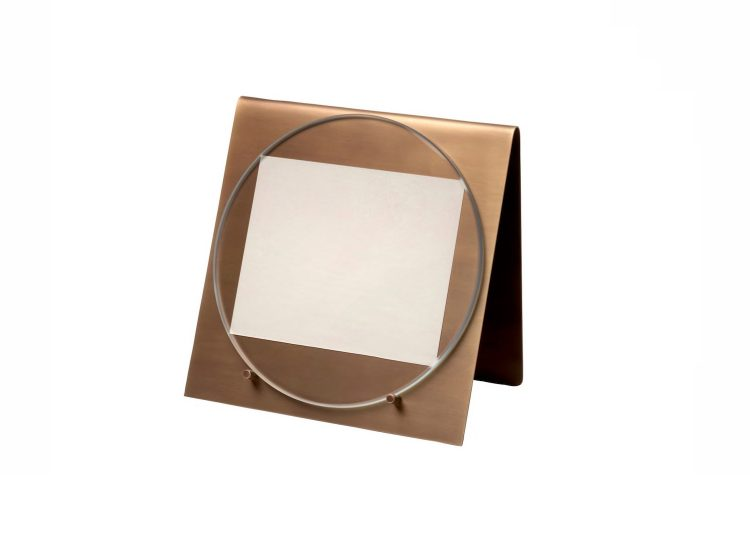 est living salvatori balancing photo frame 01 750x540